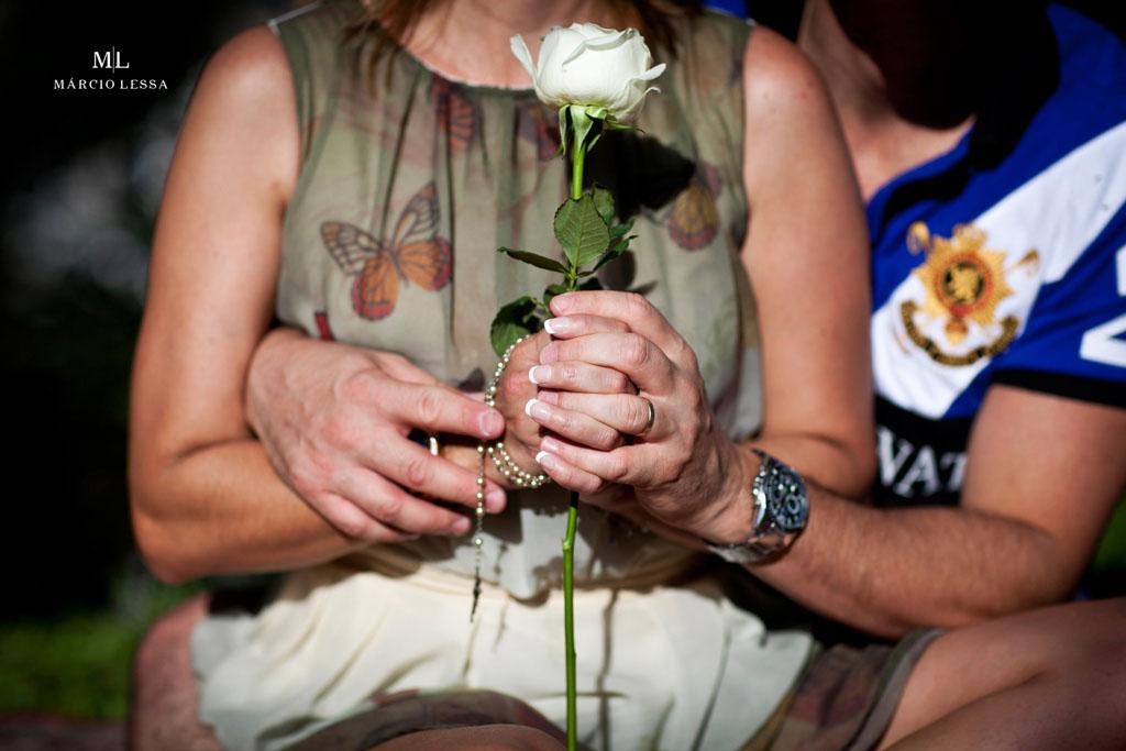 A rosa branca e o terço | Pre-Wedding no Parque Penhasco Dois Irmãos, Leblon, Rio de Janeiro, RJ, por Márcio Lessa | Fotografia