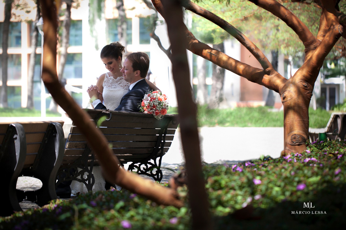 Os noivos namorando após o Casamento Civil no Shopping Downtown na Barra da Tijuca RJ