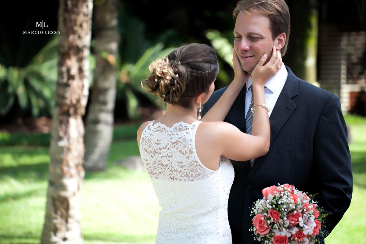 O carinho no noivo após o Casamento Civil no Shopping Downtown na Barra da Tijuca RJ