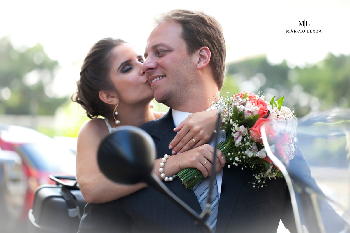 O beijo na moto BMW | Casamento Civil no Shopping Downtown na Barra da Tijuca RJ