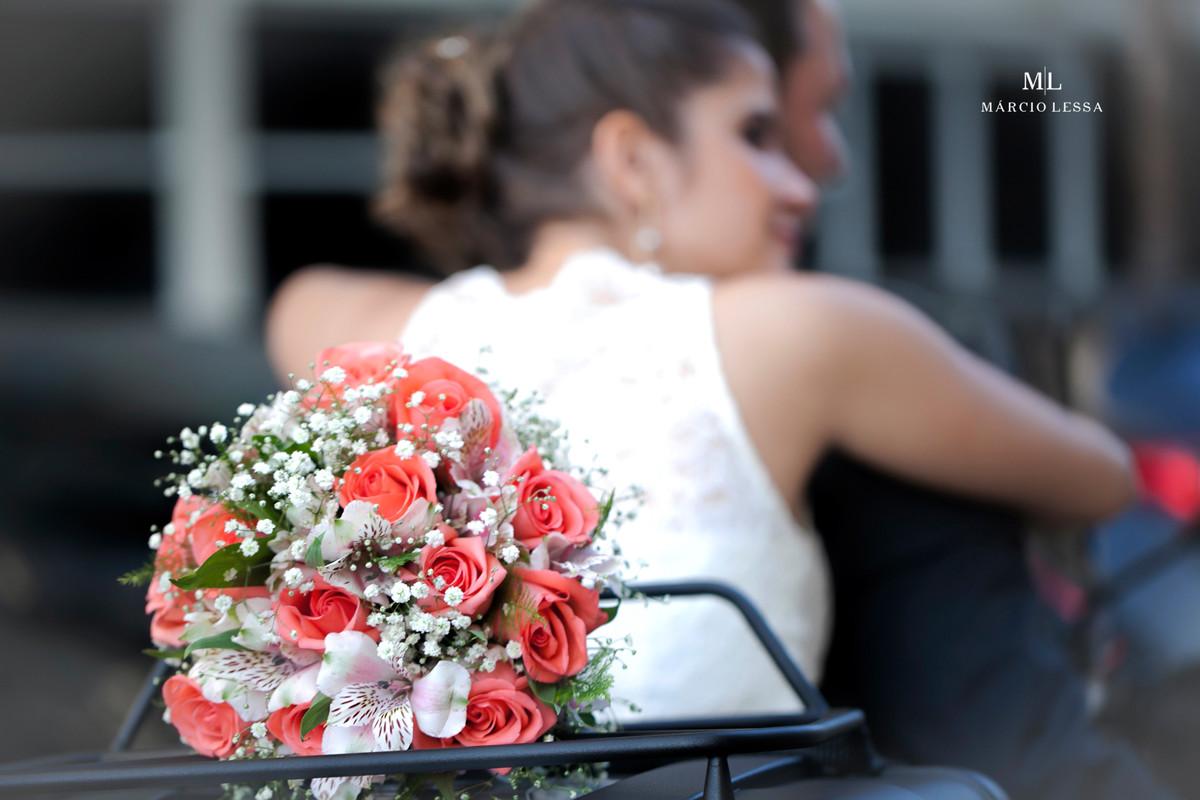 Detalhes do buquê da noiva na moto BMW no Casamento Civil no Shopping Downtown na Barra da Tijuca RJ