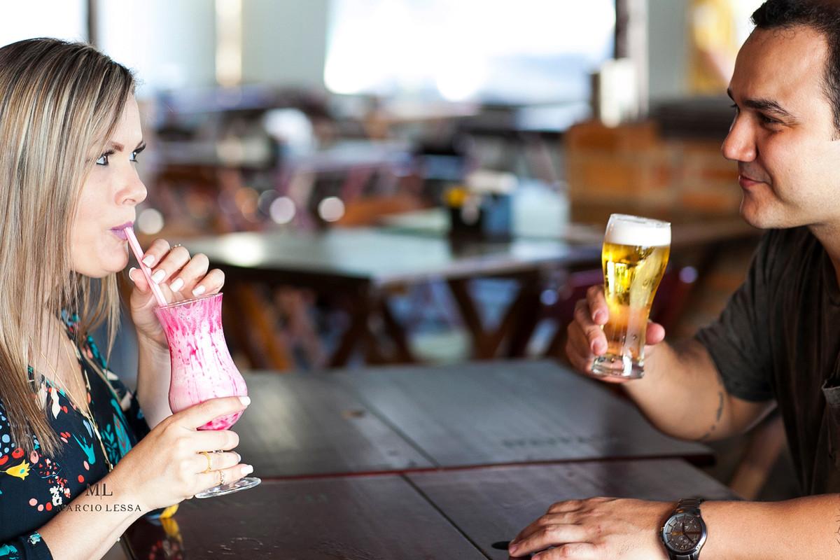 Noivos sentados à mesa do bar | Art Chopp Bar