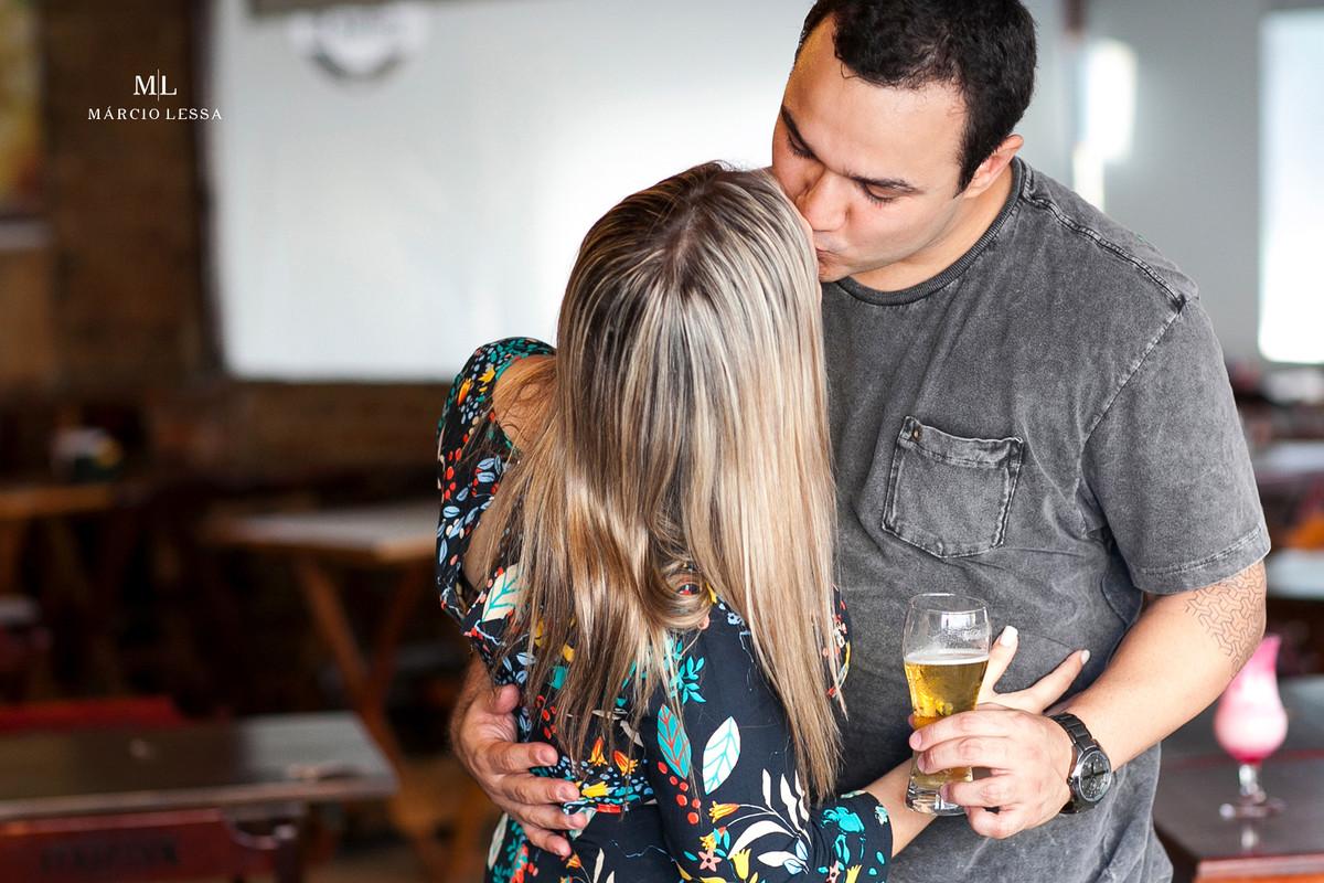 Os noivos, o beijo e o chopp | Art Chopp Bar