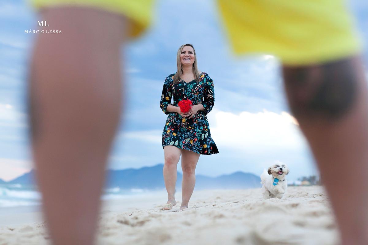Lá vem a noiva caminhando sobre a areia na Praia da Barra da Tijuca RJ