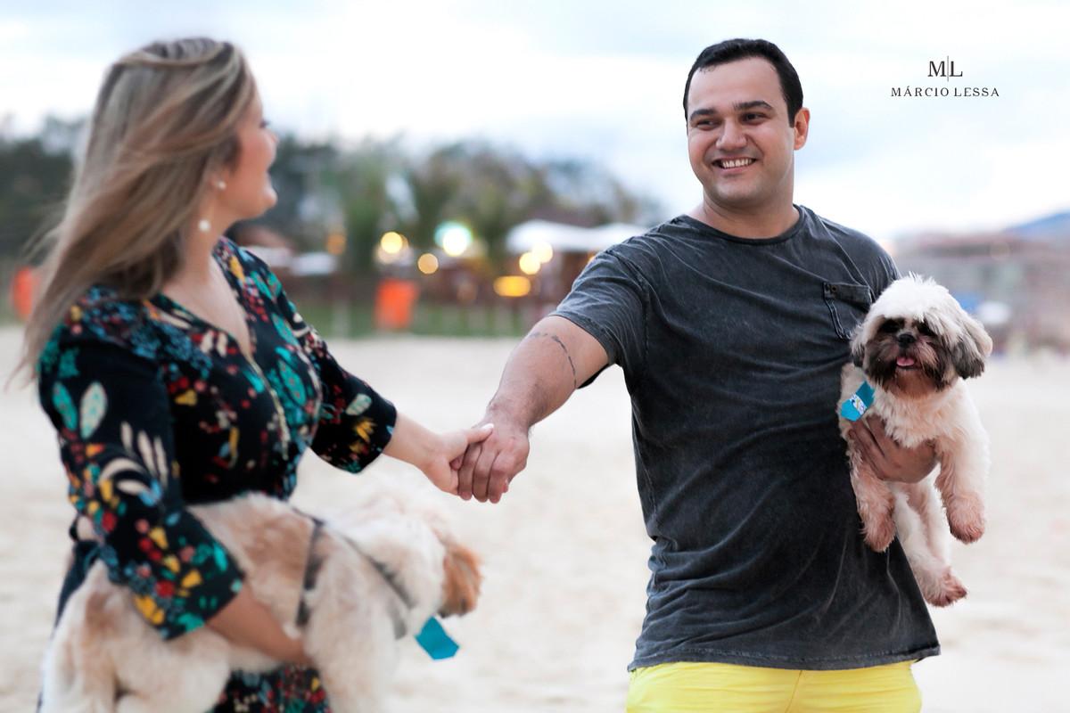 A conexão dos noivos de mãos dadas na Praia da Barra da Tijuca RJ