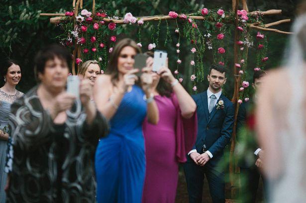 Imagem capa - O momento perfeito não registrado: quando o convidado estraga a foto por André Nogueira
