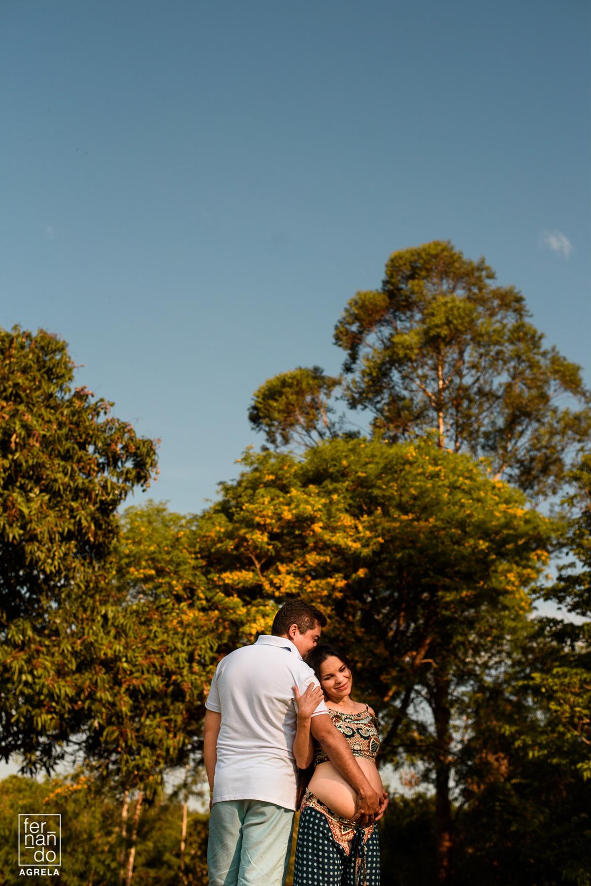 foto de arvores e casal com mulher gestante