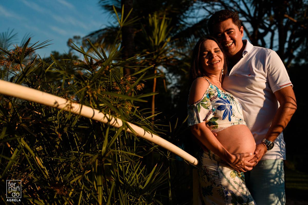 foto de casal gestante no final da tarde em uma chacara