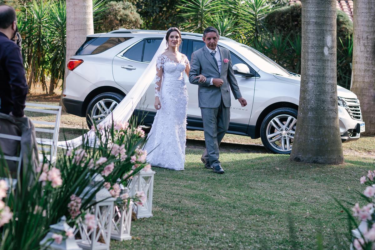 noiva na entrada visão do noivo entrada linda casamento campo itatiba retratos foto e vídeo interior de sp