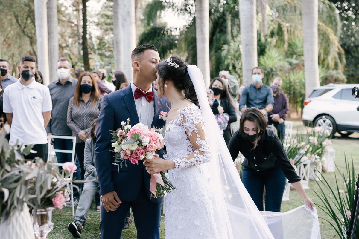 noivo recebendo a noiva e beijando a testa casamento campo itatiba retratos foto e vídeo interior de sp