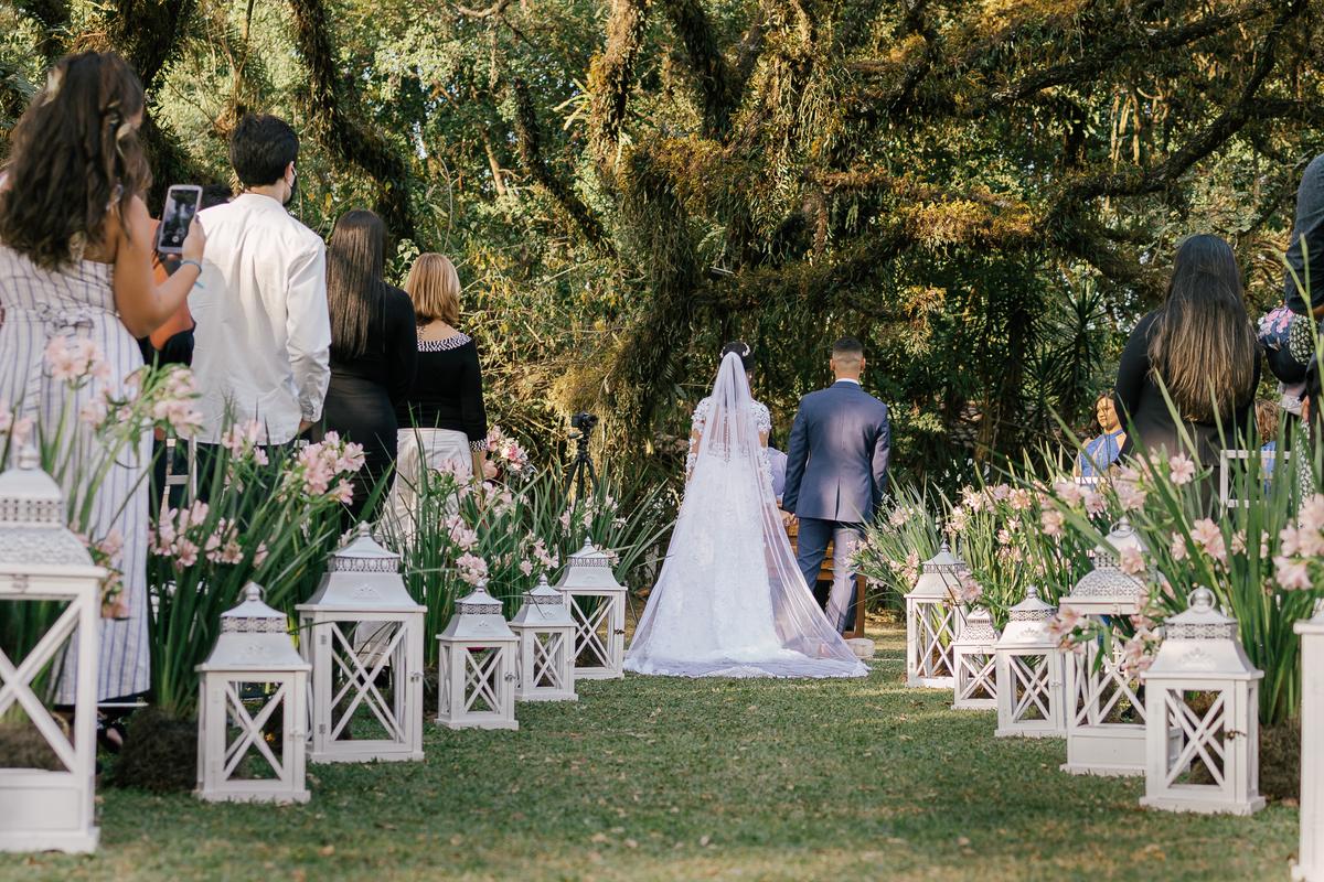 noiva e noivo com corredor de vasos baixo casamento campo