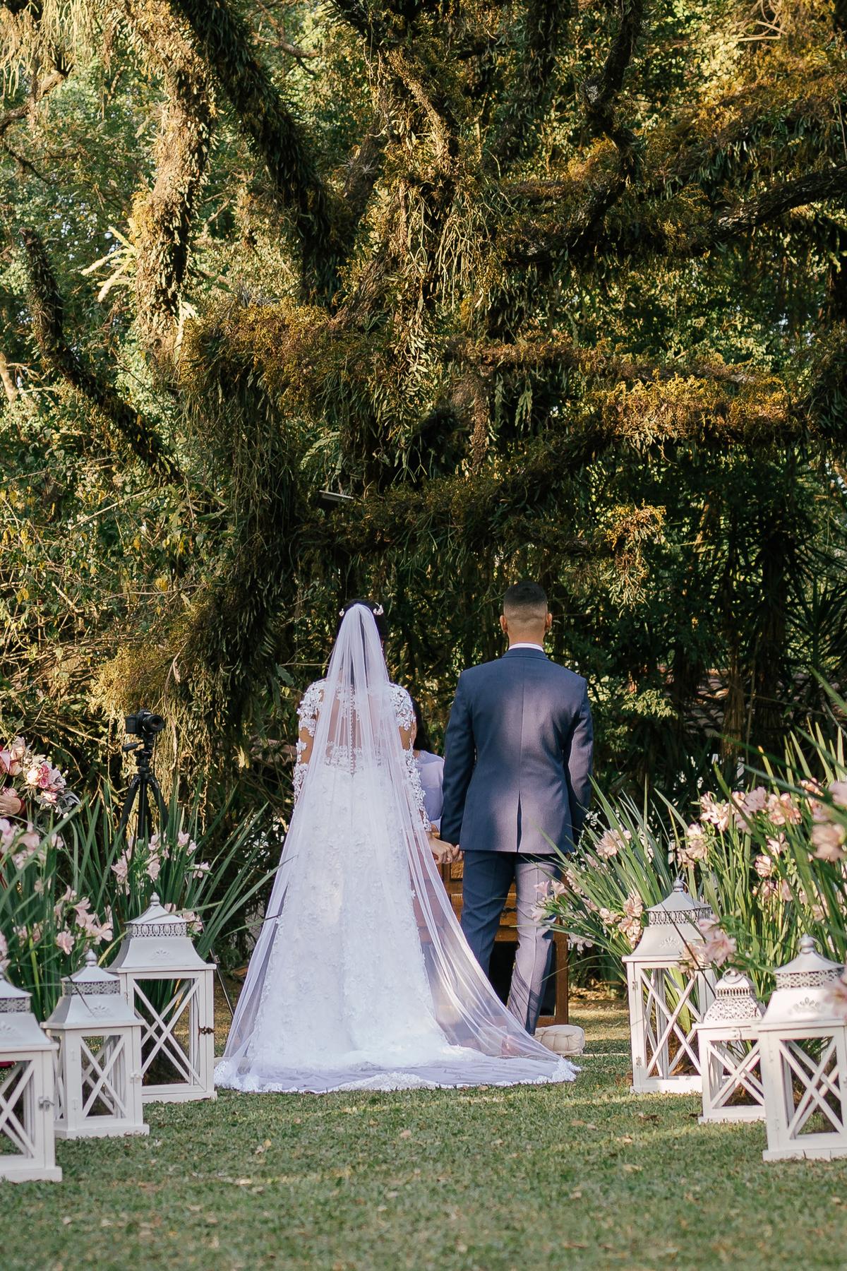 noiva e noivo com corredor de vasos baixo casamento campo linda arvore