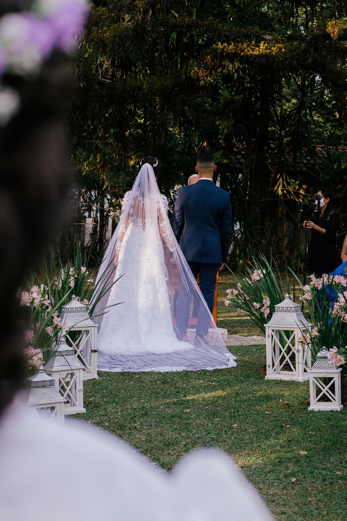 noiva e noivo durante a cerimonia