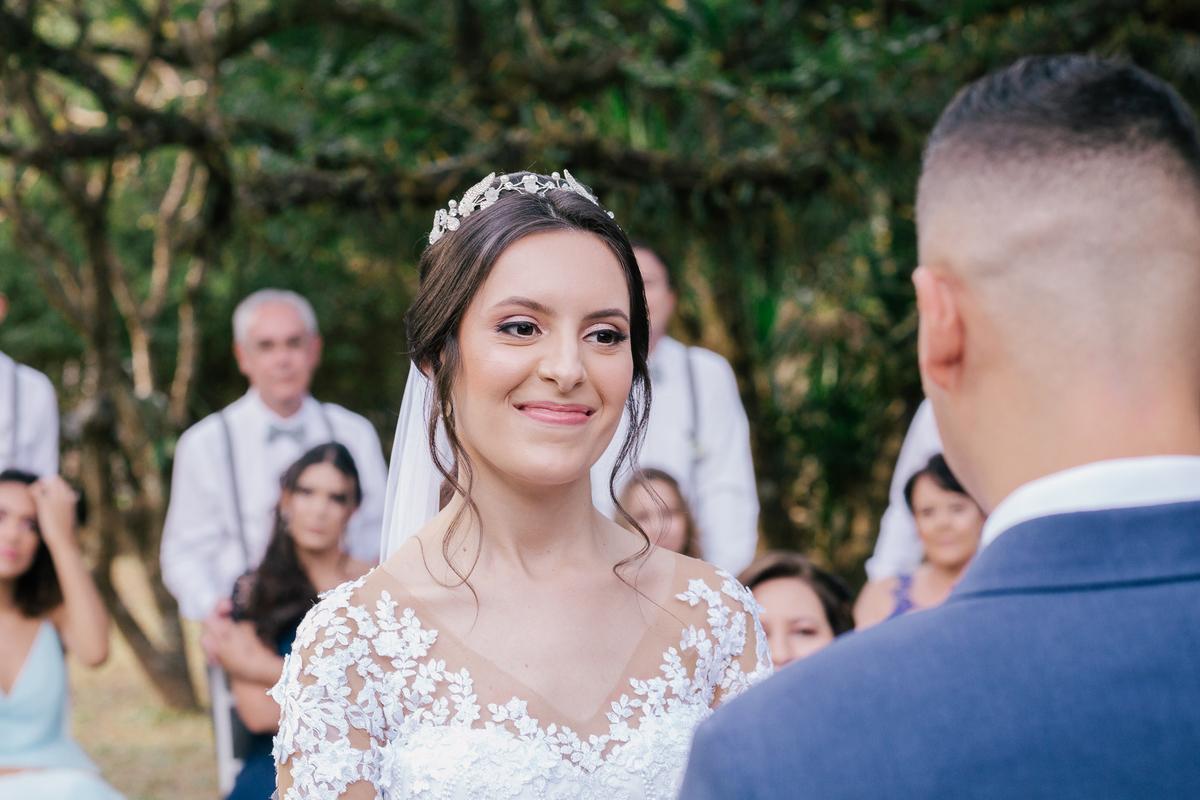 NOIVA SORRINDO PARA NOIVO DURANTE A CERIMONIA casamento campo itatiba retratos foto e vídeo interior de sp