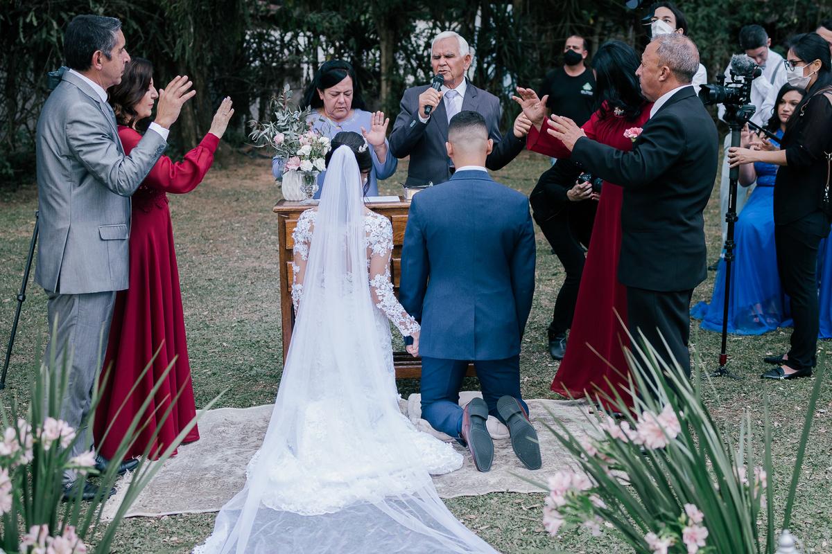 noivos ajoelhados recebendo benção dos pais e pastor casamento campo itatiba retratos foto e vídeo interior de sp