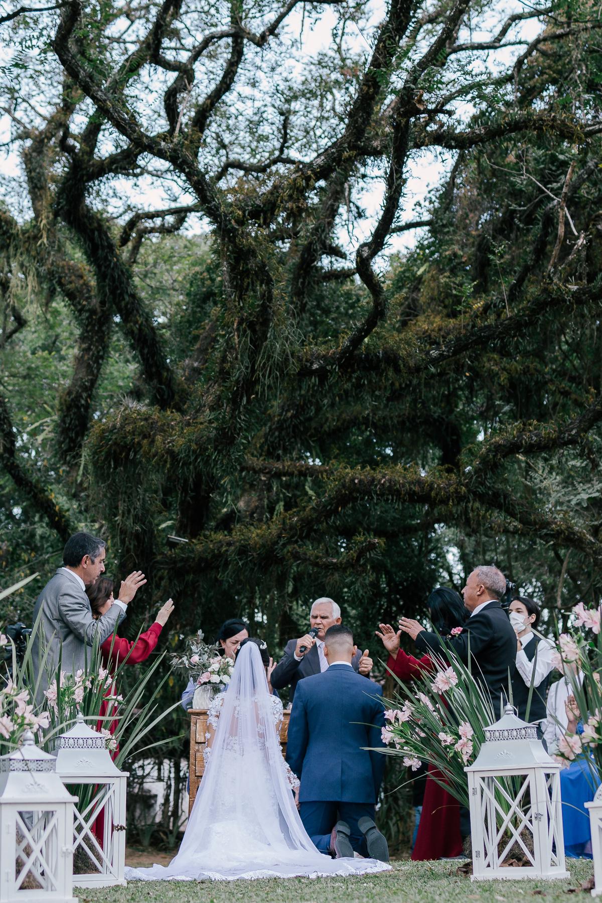 noivos recebendo benção das alianças casamento campo itatiba retratos foto e vídeo interior de sp