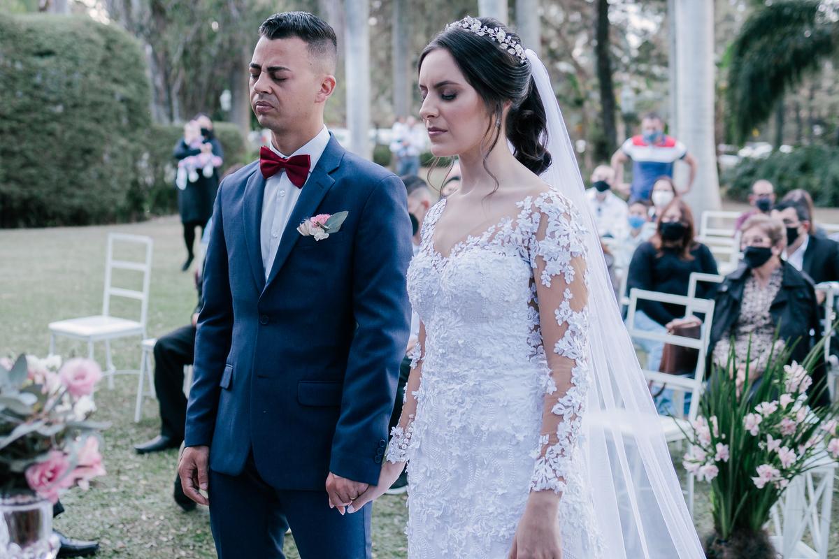 casal recebendo bençao casamento campo itatiba retratos foto e vídeo interior de sp
