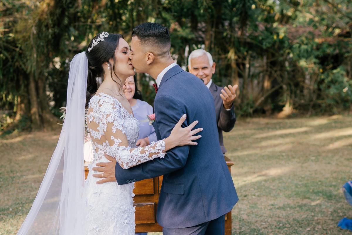 noivos se beijando durante cerimonia ao ar livre casamento campo itatiba retratos foto e vídeo interior de sp