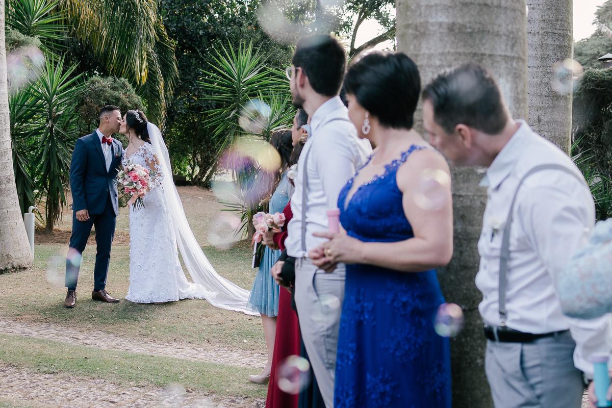noivos e bolinha de sabao casamento campo itatiba retratos foto e vídeo interior de sp