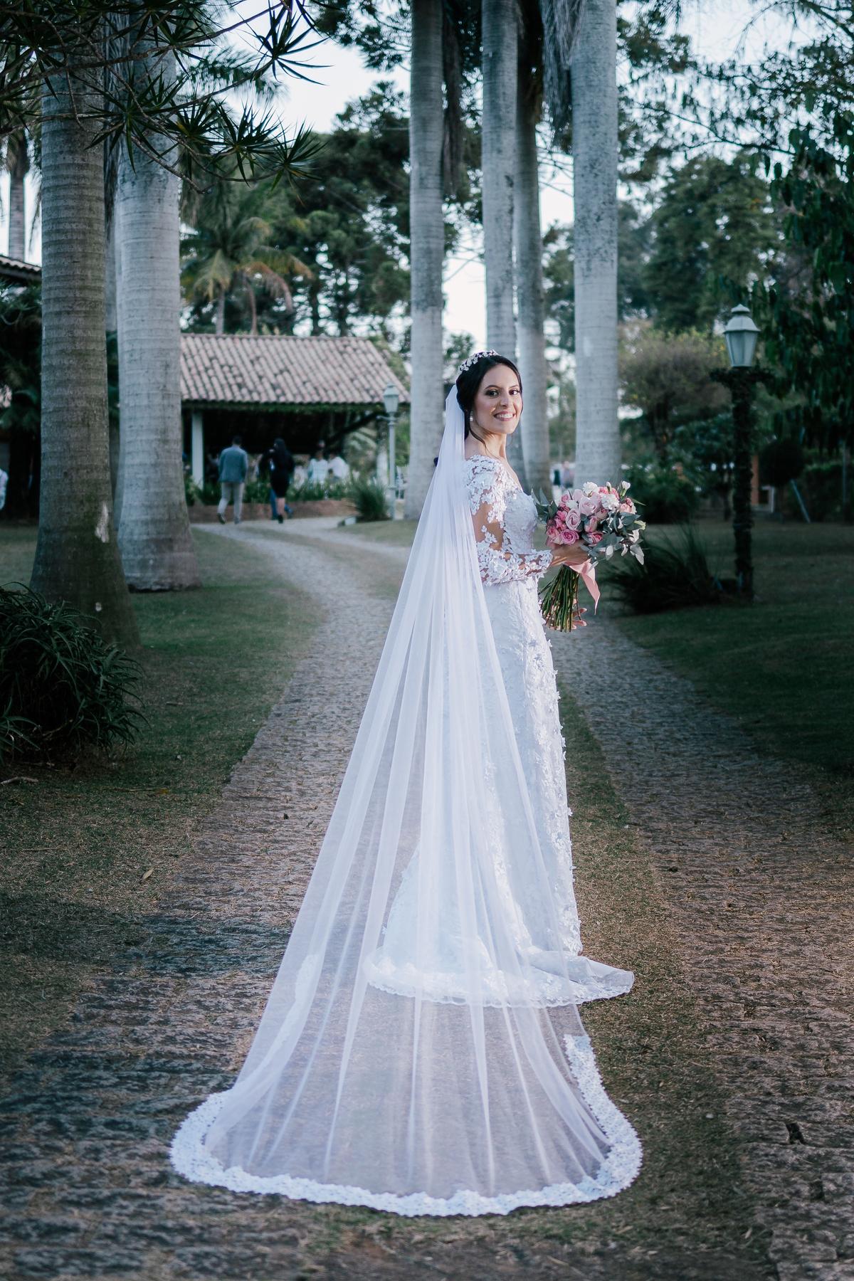 noiva linda com véu em foto de perfil segurando buque casamento campo itatiba retratos foto e vídeo interior de sp