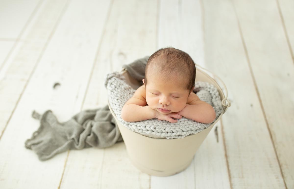 Imagem capa - Quando agendar o meu ensaio newborn? por Estúdio Deni