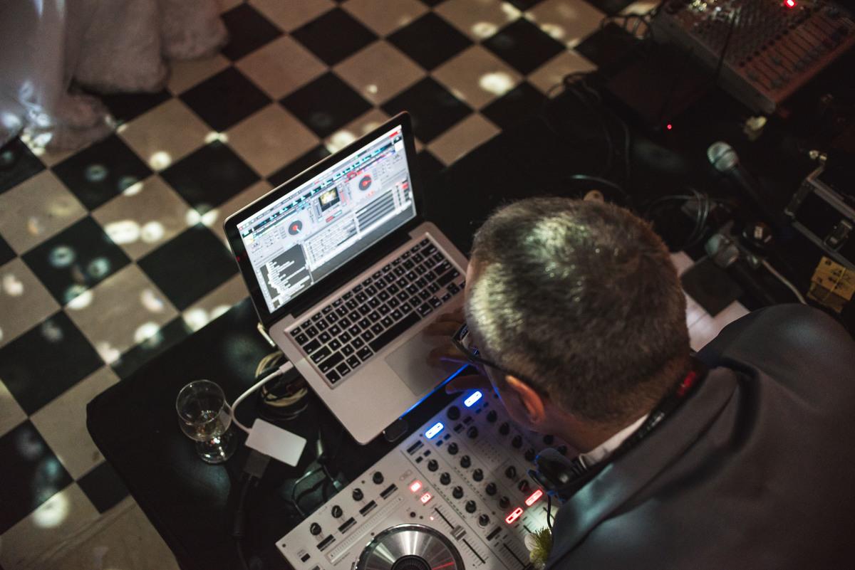 Imagem capa - Escolhendo o DJ para sua festa por Davi Barbosa da Silva