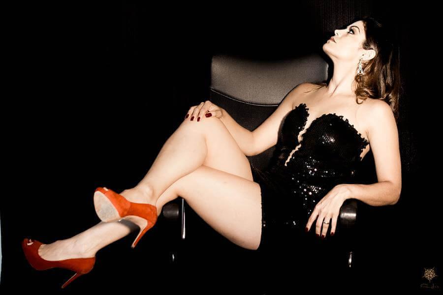 A sensualidade do vestido preto e do salto vermelho, na foto de Érica Dias.