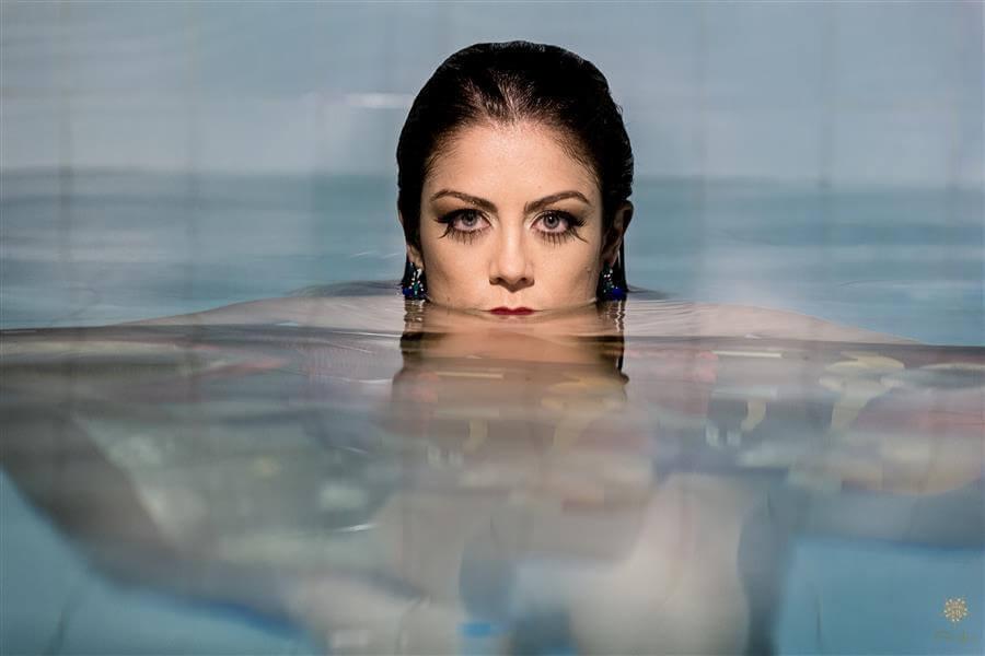 Sensualidade e mistério nesta linda fotografia de Érica Dias.