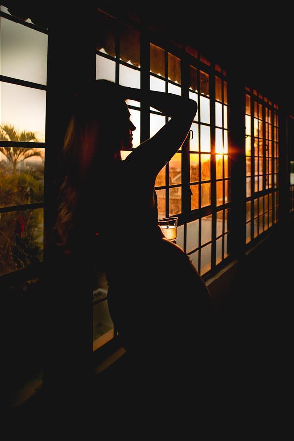 Fotografia de mulher na varanda do estúdio fotográfico Érica Dias, no Belvedere, Belo Horizonte.