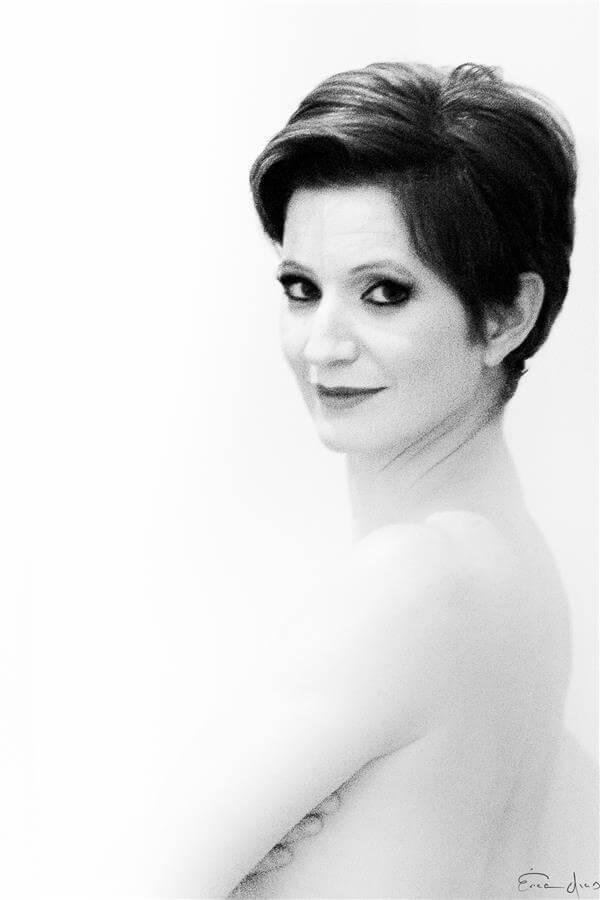 Mulher madura de perfil, com olhar forte captado pelas lentes da talentosa fotógrafa Érica Dias.