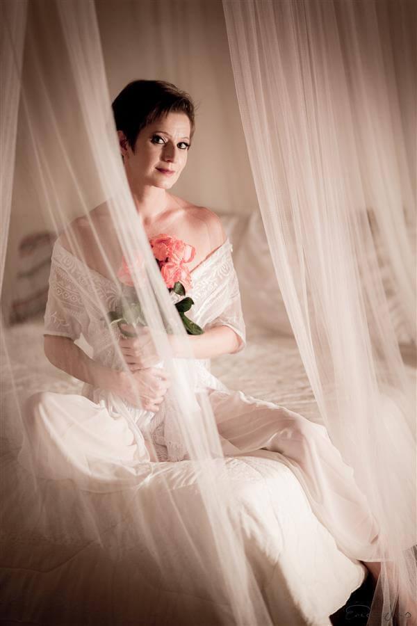 A delicadeza das flores e da modelo de hoje, nesta linda foto cheia de sensualidade e arte. Fotografia de Érica Dias, ensaio feito em Nova Lima.