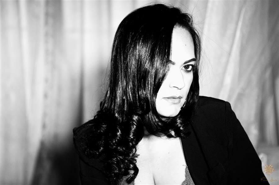 Ensaio sensual feminino e book fotográfico. Foto de mulher sexy com gargantilha em preto e branco.