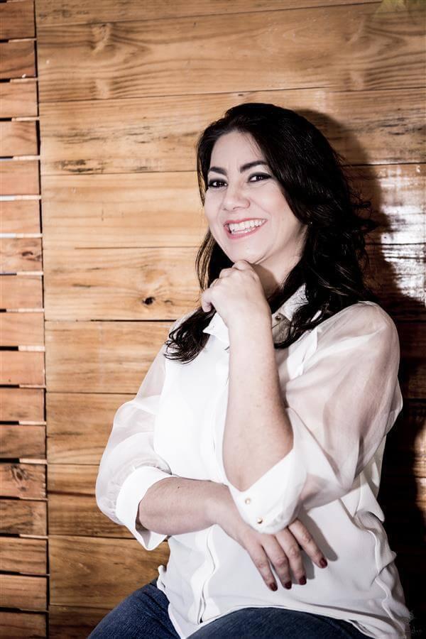 Retrato de mulher de negócios feito para editorial da Revista Exclusive. Ensaio fotográfico para mulheres empresárias é muito importante para alavancar o currículo e passar uma excelente imagem para o mercado.