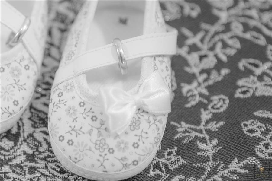 Foto de sapatinho de bebê durante ensaio de gestante no Estúdio Érica Dias Fotografia.