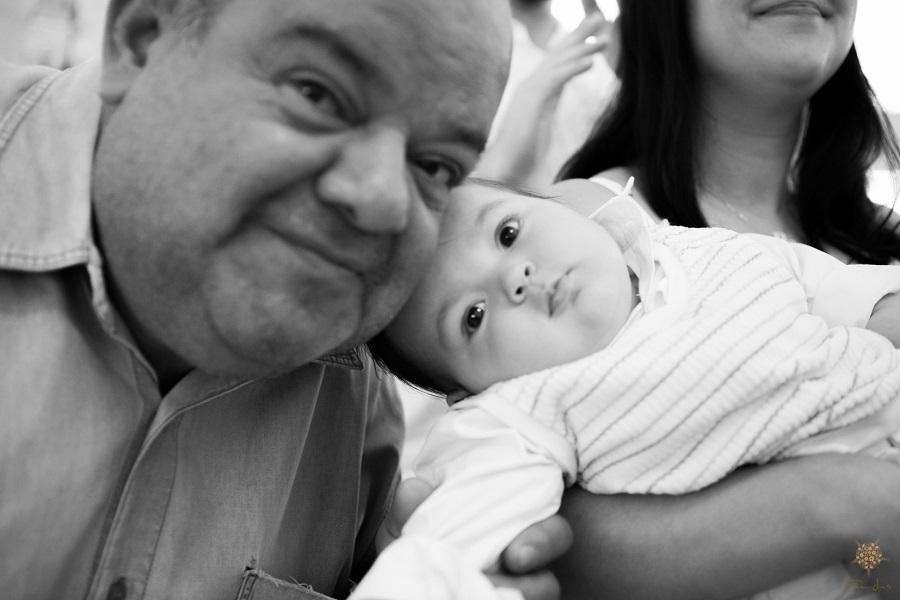 Avô e neto batizado, na fotografia de Érica Dias.