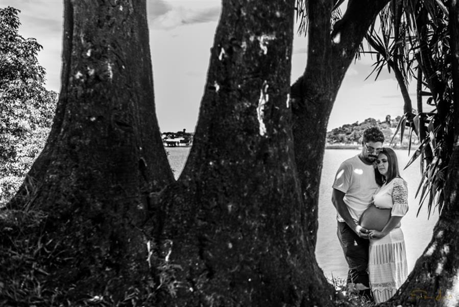 Linda foto do marido com a esposa grávida, entre as árvores às margens da Lagoa da Pampulha.