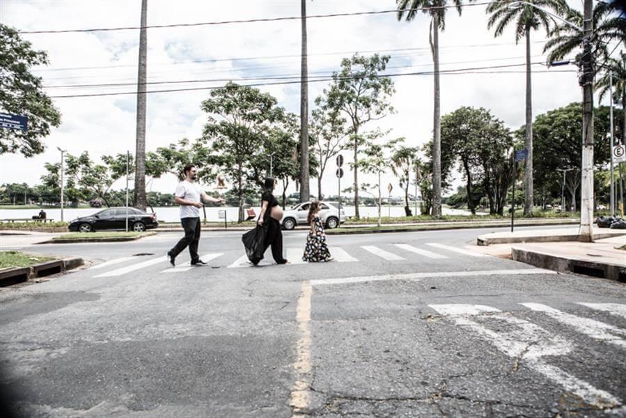 Se a família gosta de Beatles, vamos ao estilo de Beatles! Foto na orla da Lagoa da Pampulha, em BH.