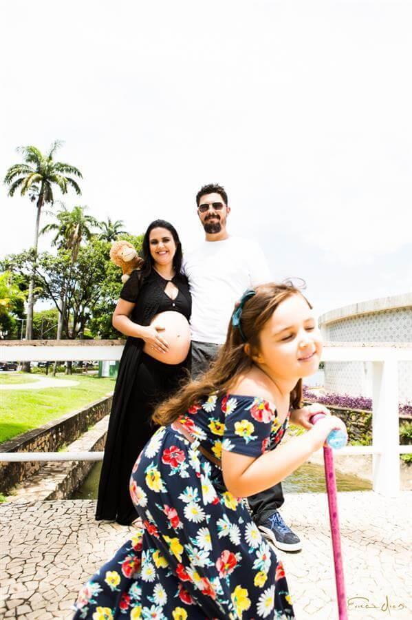 Descontração no ensaio família: registrar a alegria de quem está prestes a gerar uma nova vida!