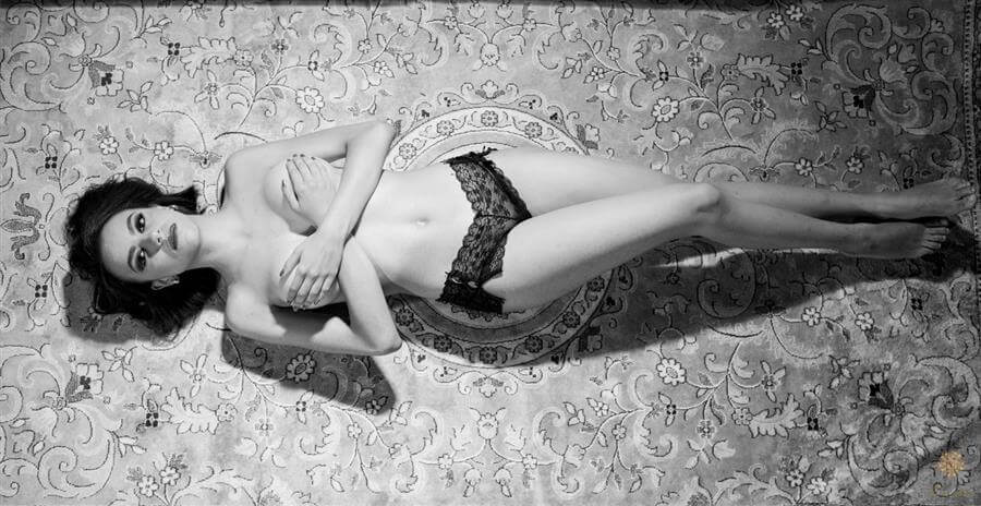 A criatividade e o talento de uma das maiores fotógrafas de Minas Gerais, Érica Dias, revelando a sensualidade da mulher mineira neste ensaio sensual em BH.