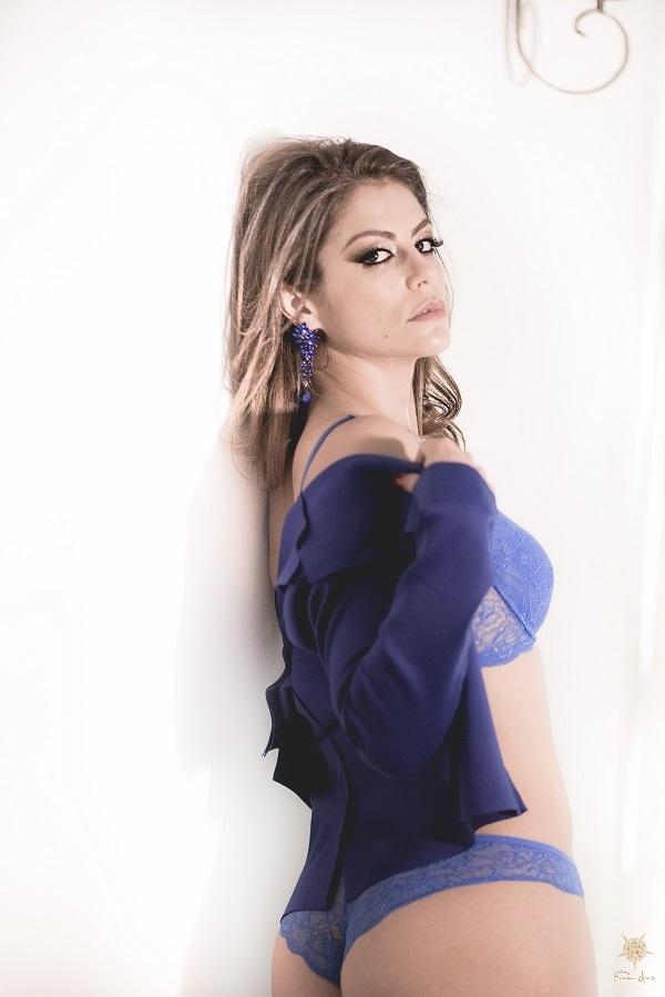 Linda foto de mulher vestida com lingerie azul, clicada por Érica Dias no estúdio em Belo Horizonte.