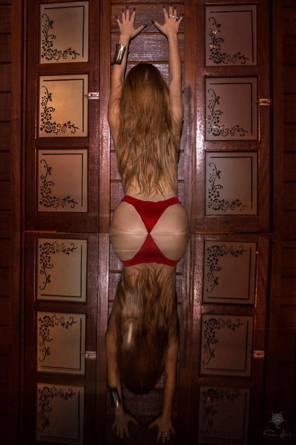 Cada pose de seu ensaio é dirigida pela fotógrafa Érica Dias, que sugere as poses que irão valorizar seu corpo.