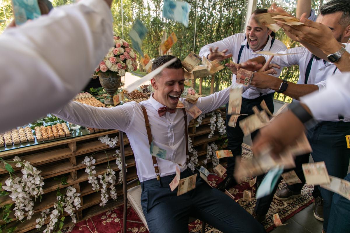 Imagem capa - Dinheiro no casamento, como lidar? por Marsala Memories