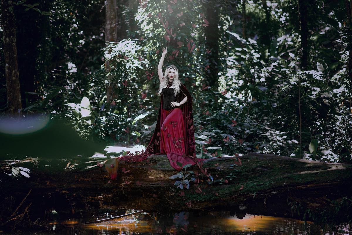 Imagem capa - Mariane MC Gowan, a Rainha MÁ. Ensaio no Parque Lage por Roberta Guido