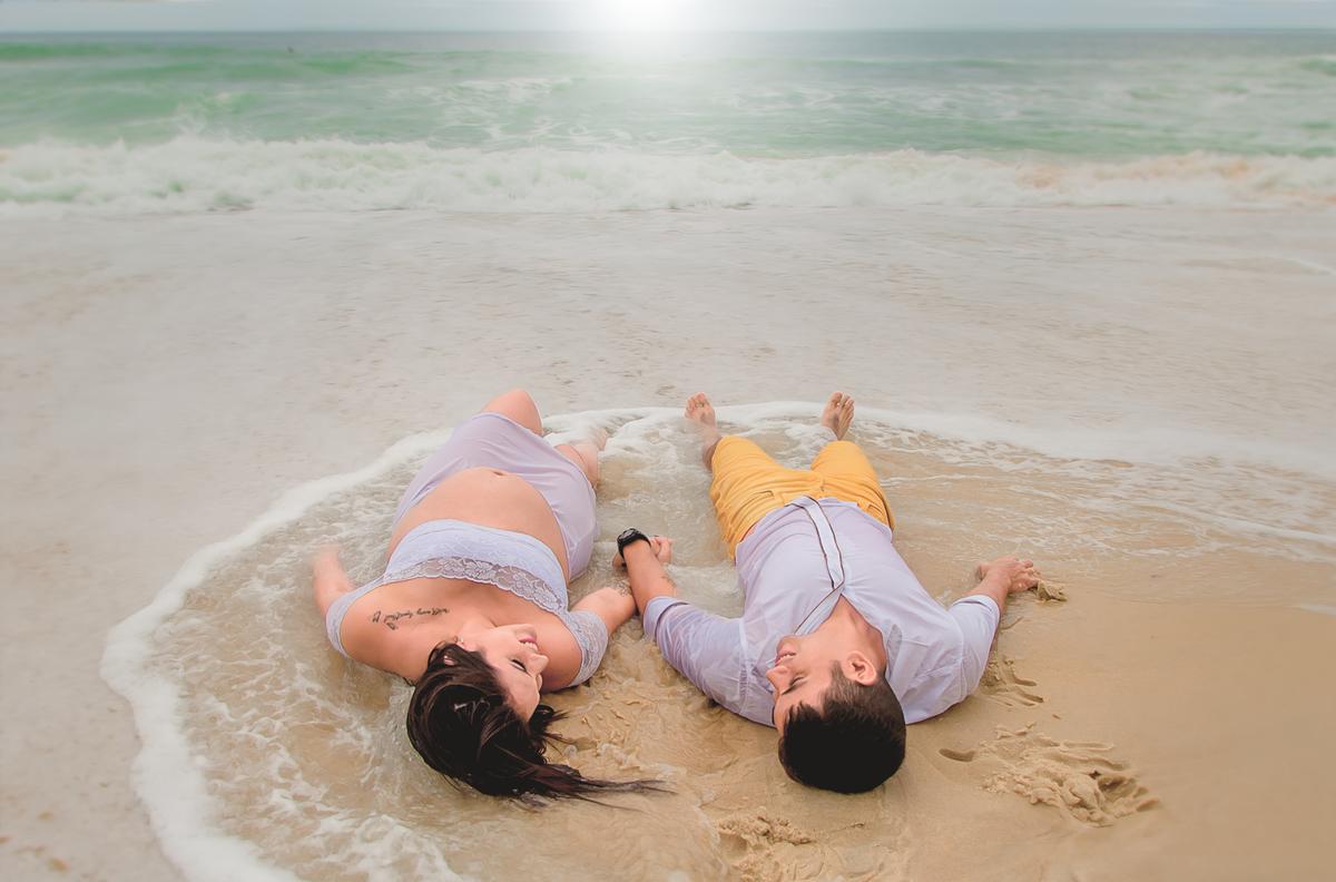 Imagem capa - Luana e Diego - Ensaio fotográfico gestante na praia por Roberta Guido