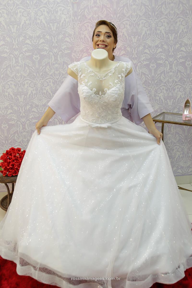 vestido da noiva com a noiva priscila, para o seu casamento