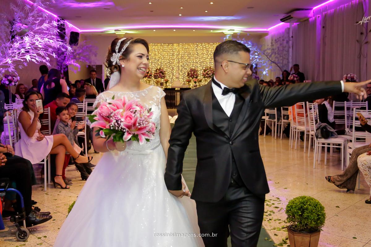 casamento de william e priscila, saída dos noivos, apos a cerimonia