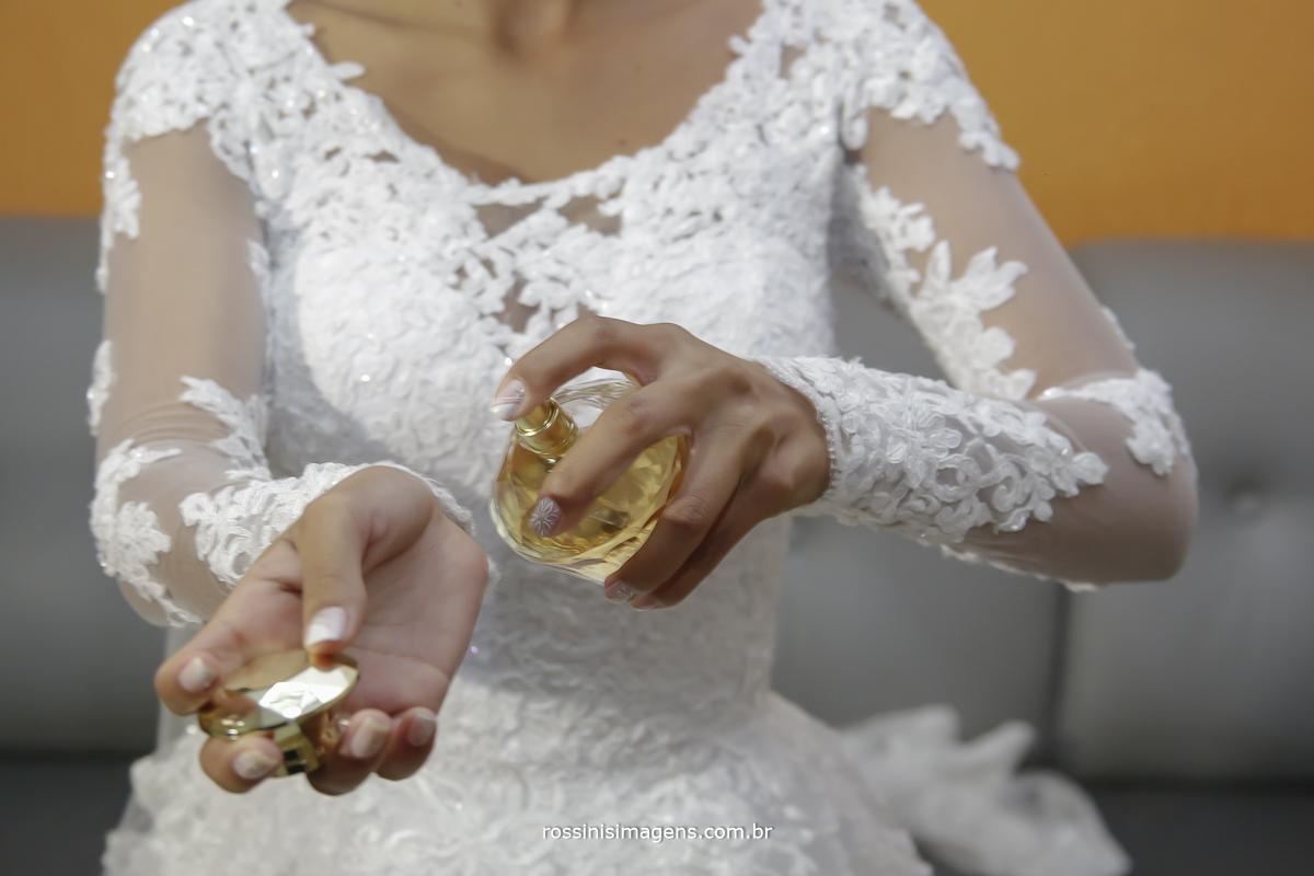 casamento-suzano-elaine-e-andre-chacara-encanto-das-aguas-suzano-sp-fotografo-de-casamento-rossinis-imagens-fotografia-e-video, noiva passando perfume