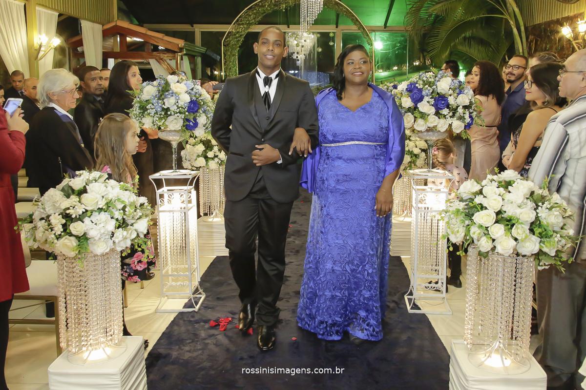casamento-suzano-elaine-e-andre-chacara-encanto-das-aguas-suzano-sp-fotografo-de-casamento-rossinis-imagens-fotografia-e-video, entrada do noivo com a mãe