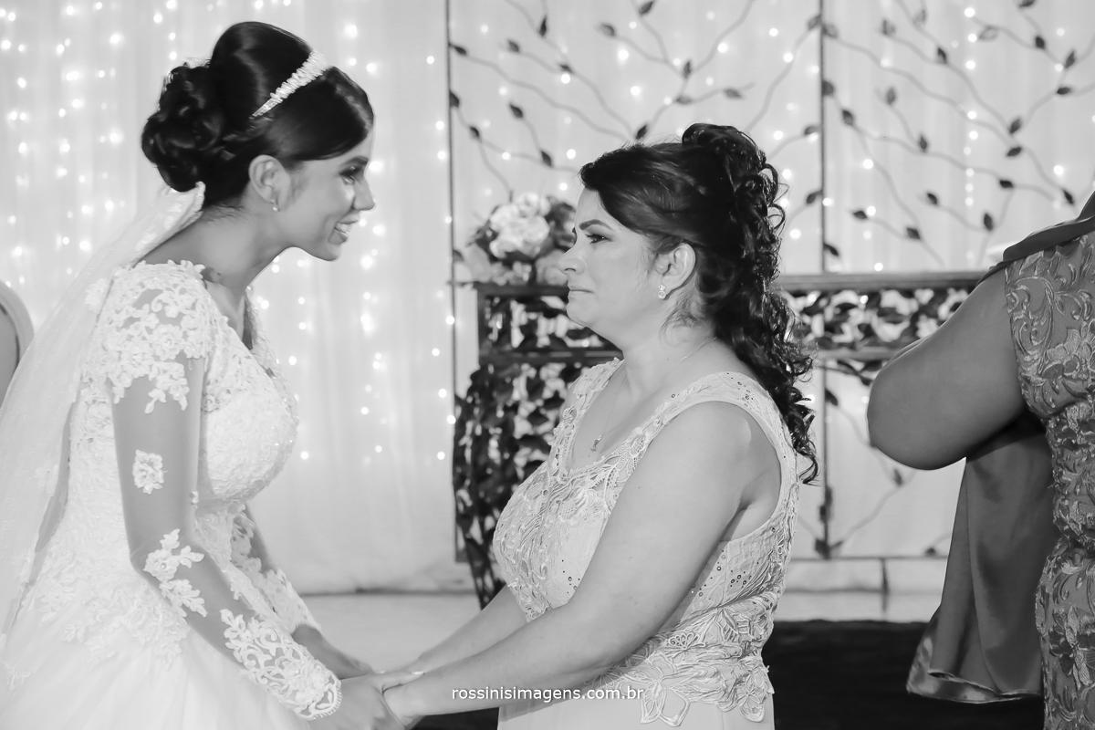 casamento-suzano-elaine-e-andre-chacara-encanto-das-aguas-suzano-sp-fotografo-de-casamento-rossinis-imagens-fotografia-e-video, comprimento noiva com a a mãe, emocionanda