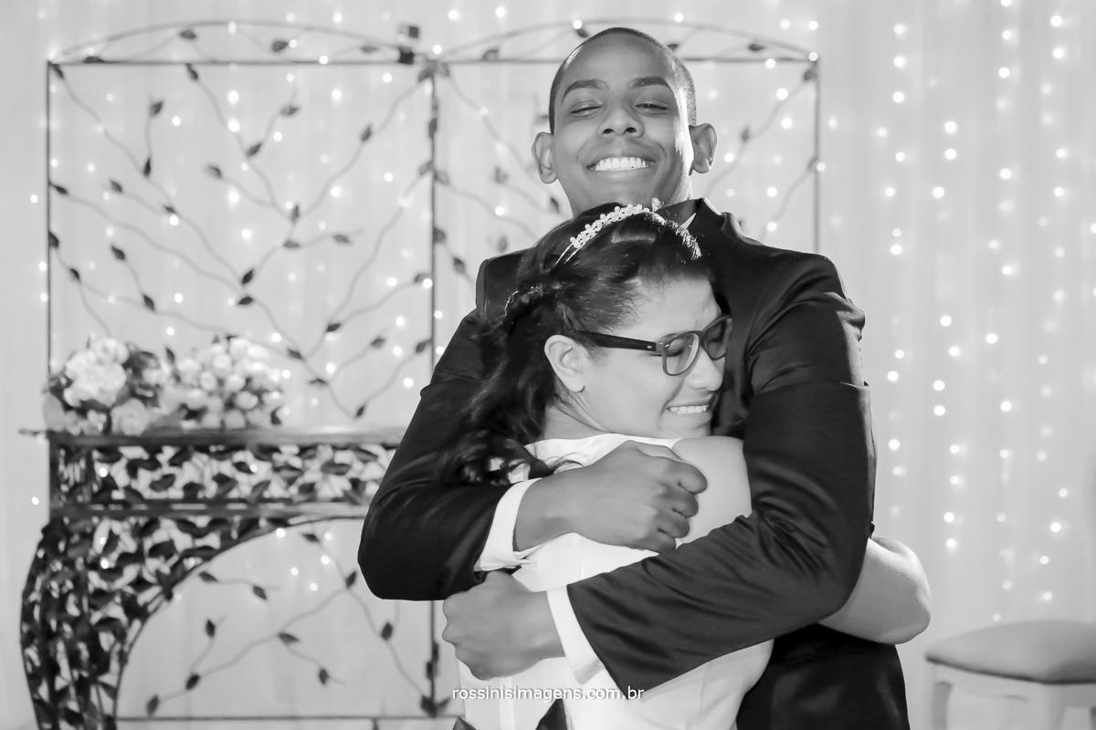casamento-suzano-elaine-e-andre-chacara-encanto-das-aguas-suzano-sp-fotografo-de-casamento-rossinis-imagens-fotografia-e-video, comprimento noivo com a mãe, muito emocionada,